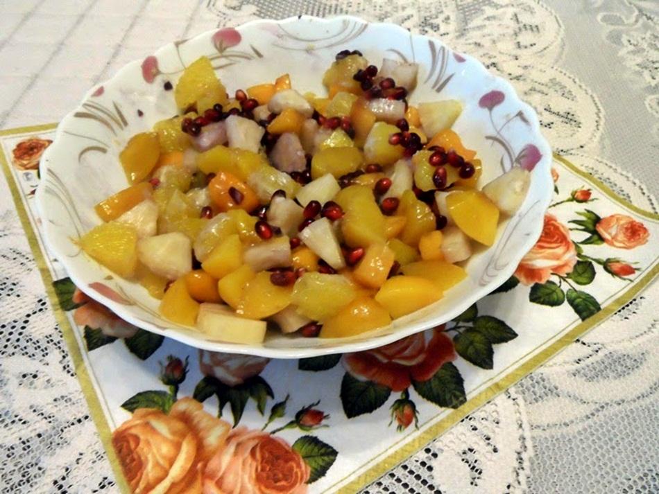 Sałatka owocowa z sosem ananasowym i miodem