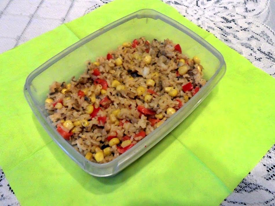 Sałatka ryżowa z pieczarkami i sosem paprykowym
