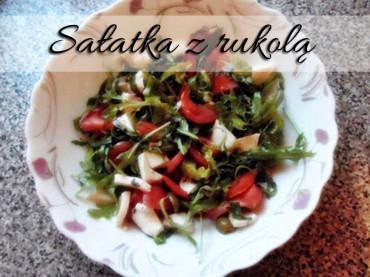 Sałatka z oliwkami i pomidorem. Idealna do mięs i grilla