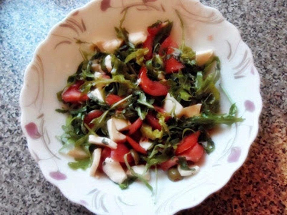 Sałatka z oliwkami i pomidorem