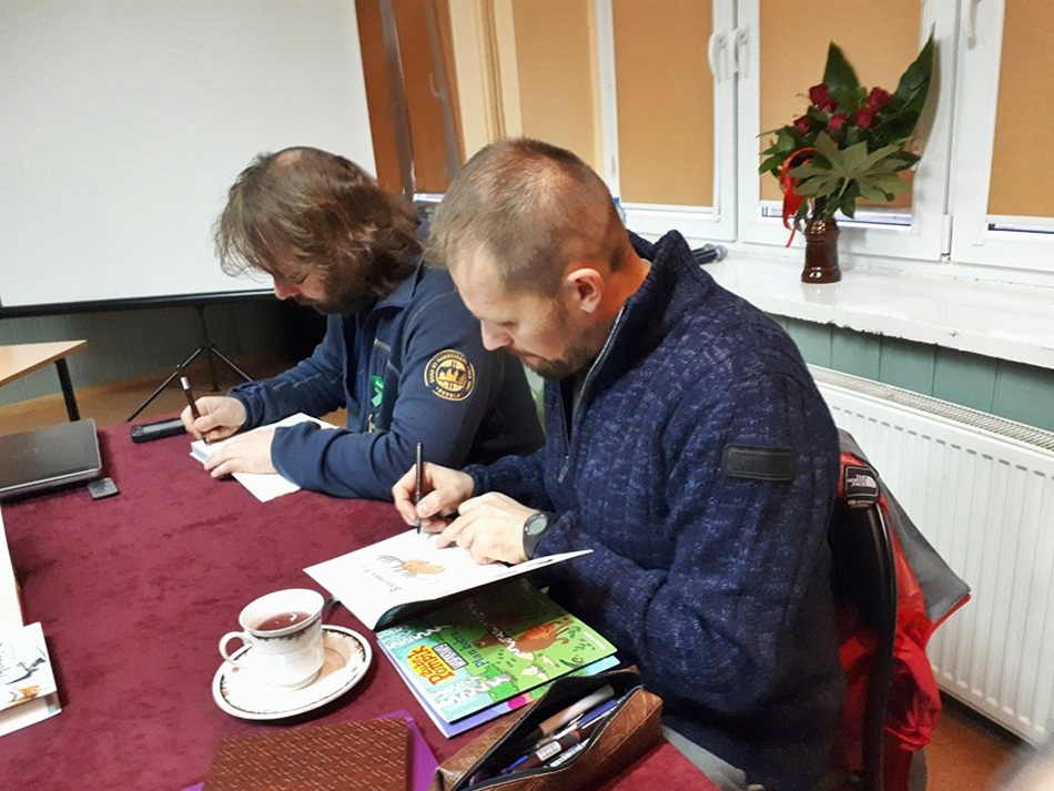 Spotkanie z Adamem Wajrakiem i Tomaszem Samojlikiem w Trzemesznie