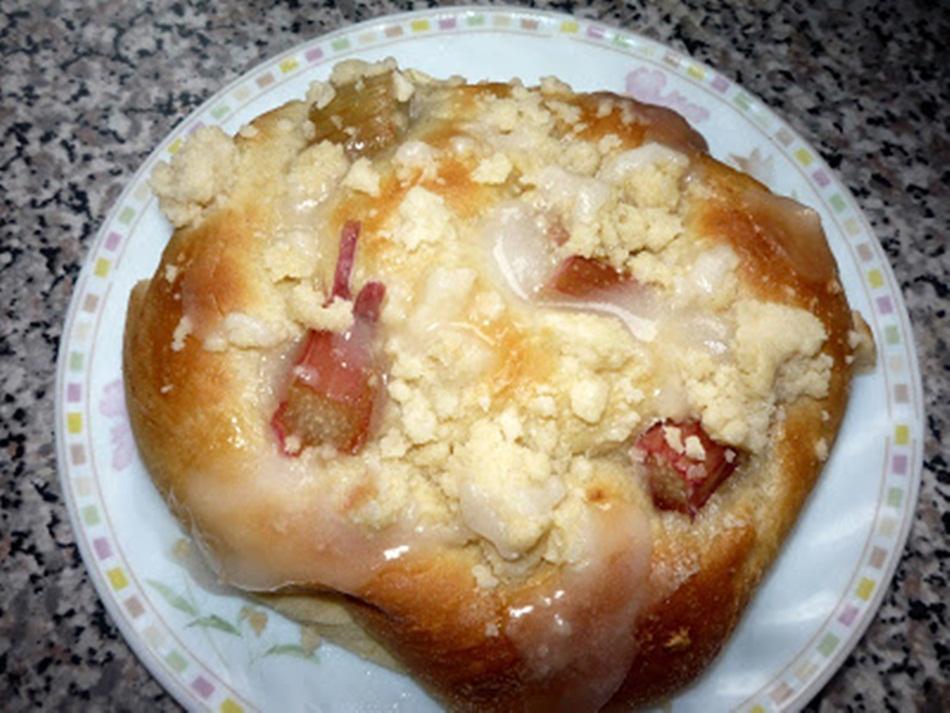 Drożdżówki z ciasta drożdżowego z rabarbarem