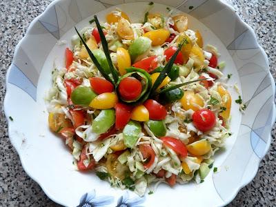 Szybka surówka z kapusty, pomidora i ogórka