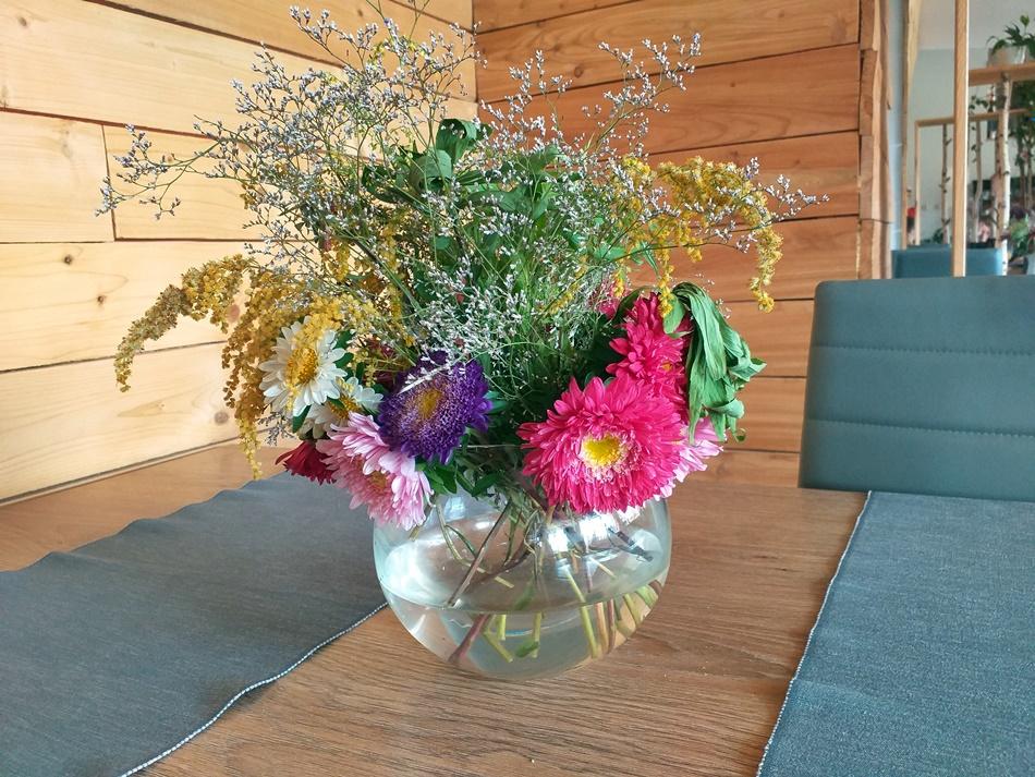 Czy kwiaty na stole zachęcają do wejścia?