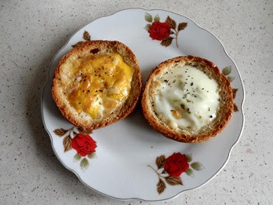 Jajko zapiekane w bułce z żółtym serem i przyprawami