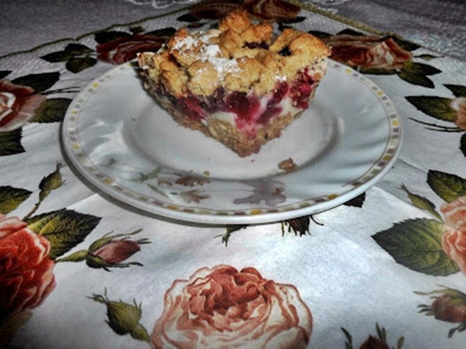 Kruche ciasto z pianką, malinami i borówką amerykańską