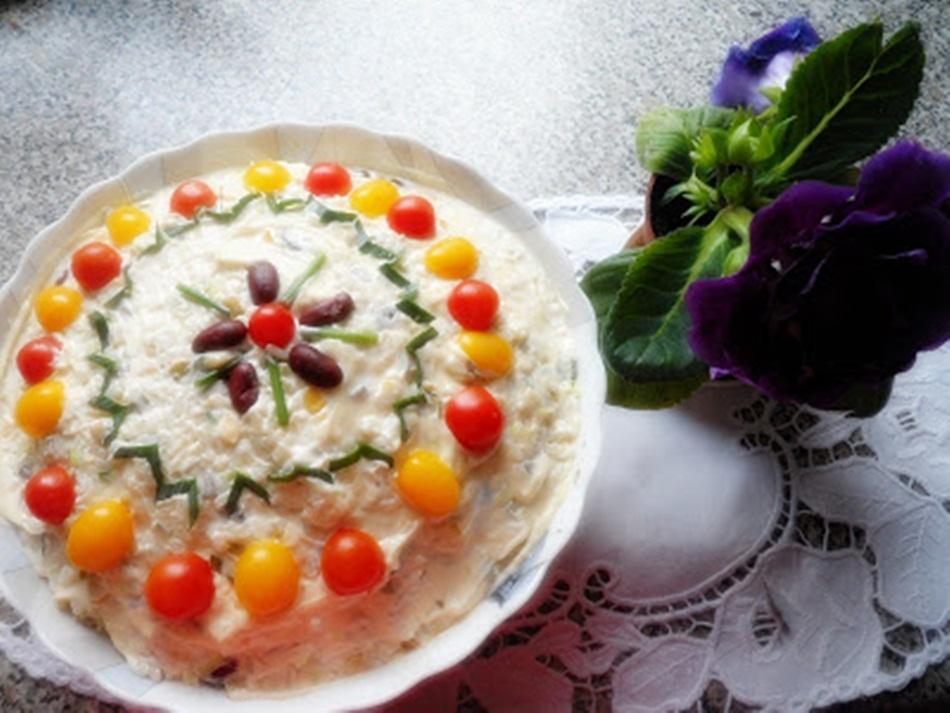 Sałatka ryżowa z pieczarkami, papryką konserwową i kukurydzą