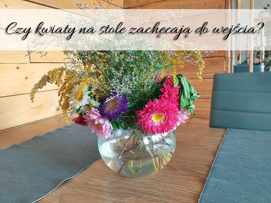 czy-kwiaty-na-stole-zachecaja-do-wejscia