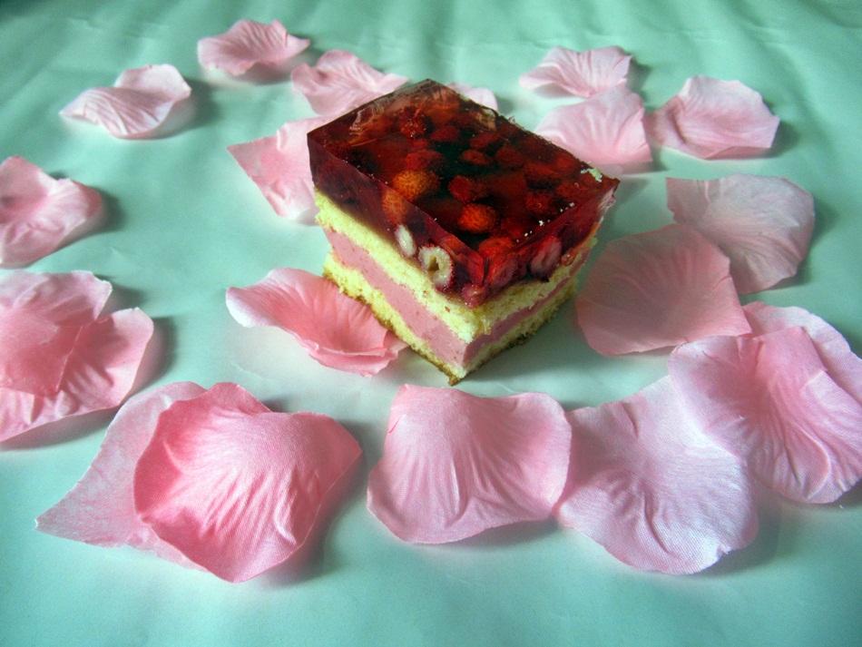 Ciasto z truskawkową pianką i poziomkami z galaretką