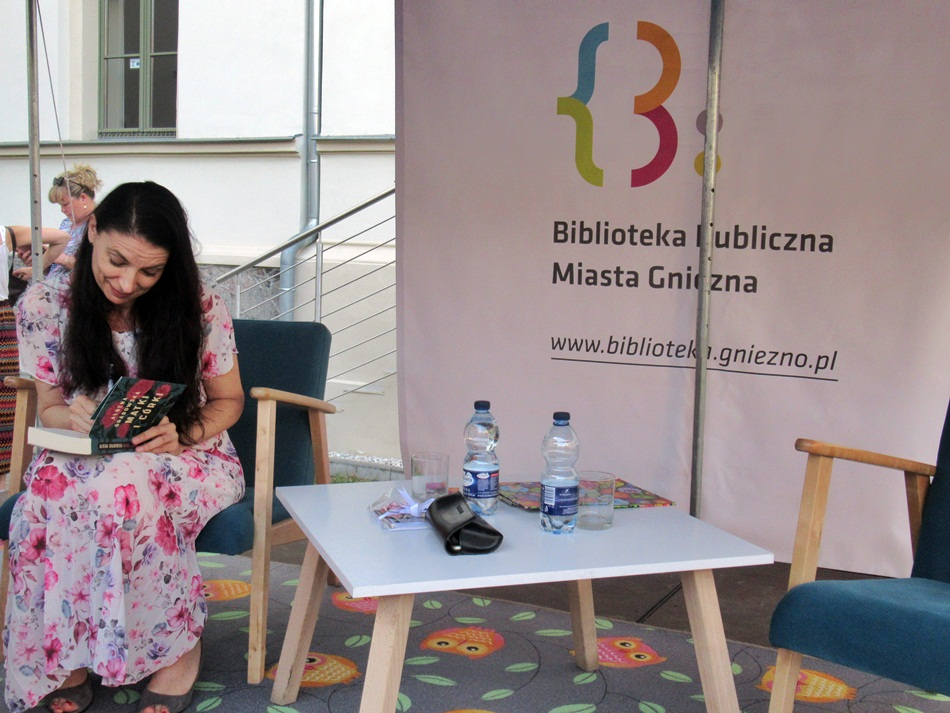 Spotkanie autorskie z Ałbeną Grabowską w Gnieźnie